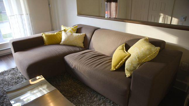 APRÈS : Puisque le métal est un matériau froid, un contre-effet avec une couleur accent jaune serin au niveau des accessoires a été créé, ce qui insuffle énergie et ludisme au salon.