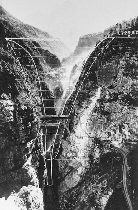 1963 Il 9 ottobre, un'enorme frana fa traboccare il bacino della diga del Vajont, la cui enorme ondata distrugge Longarone e altri paesi della valle. Muoiono 2000 persone. Si parlerà di disastro annunciato, in quanto la pericolosità geologica della zona era a conoscenza delladitta costruttrice.