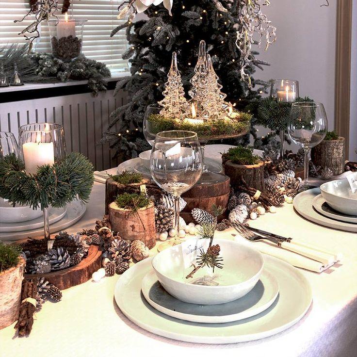 Op deze feesttafel werd gewerkt met hoogteverschillen. De kleine houtschijfjes, boomstronkjes en taartschaal geven het geheel een speelse knipoog.