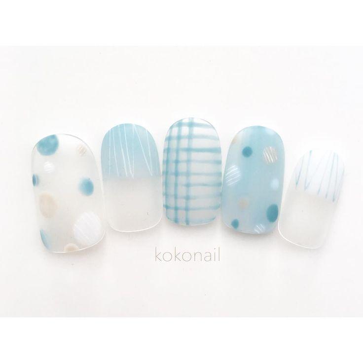 上品な輝きと透明感。ガラスネイルで作る、繊細で大人な夏の指先