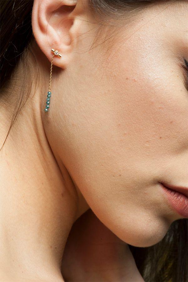 Habillage de boucle d'oreilles en or jaune 18kt et diamants bleus. Paola Zovar