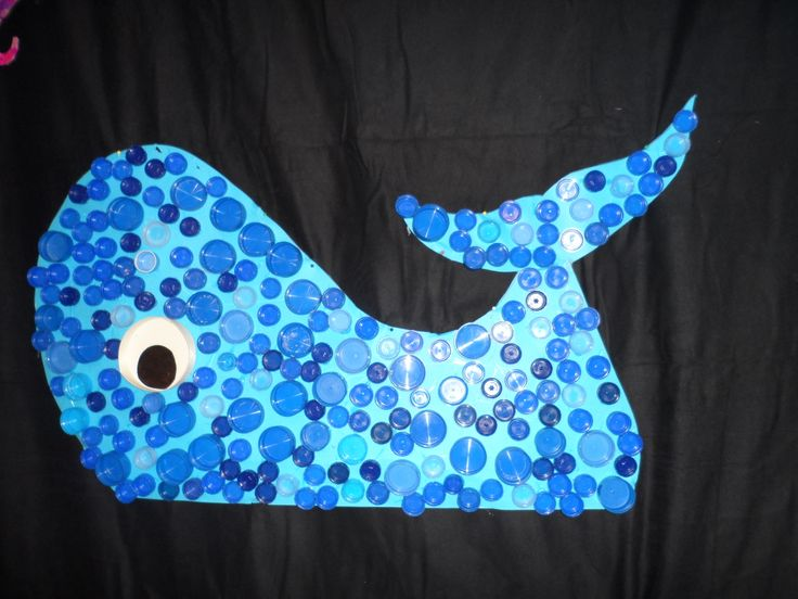 MUSICAL ==> De mooiste vis van de zee (decor gemaakt met collega's en kleuters) Walvis gemaakt van flessen-dopjes.