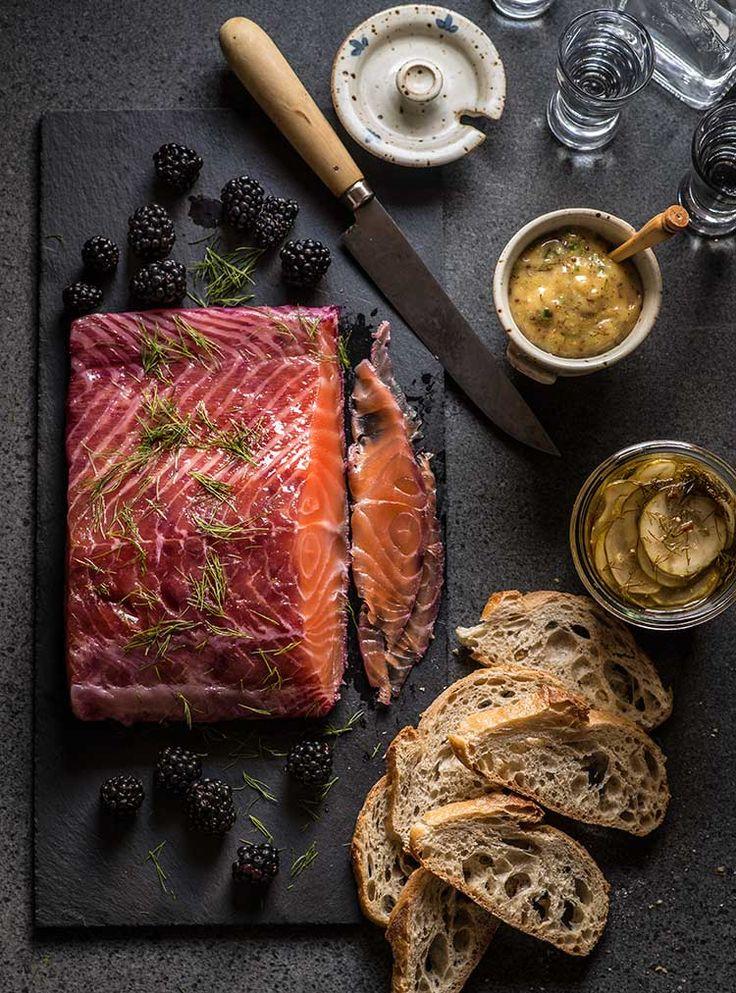 Receta fácil de salmón marinado al estilo nórdico o gravlax con remolacha, con explicación del método de curado y marinado. Con fotos paso a paso