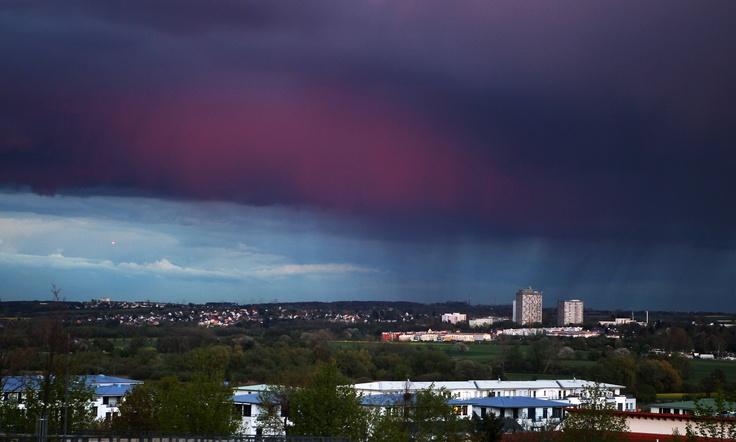 Una nube oscura con lluvia se cierne sobre los suburbios de Frankfurt el Jueves, 19 de abril 2012. Cambio de clima con sol, la lluvia y el viento se prevé para Alemania en los próximos días (Michael Probst/AP)