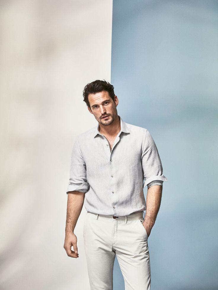 Camisa lisa gris, confeccionada en tejido 100% lino. Corte slim, cuello clásico, cierre mediante botonadura frontal y manga larga terminada en puño abotonado redondeado.