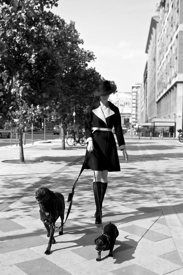 Cappotto in lana, dalla linea svasata, con rever e cintura a contrasto, CHICCA LUALDI BEEQUEEN. Feltro a tesa larga, BORSALINO. Plump nere, GIORDANO TORRESI. Gambaletto nero velato CALZEDONIA.  http://www.sfilate.it/172112/la-moda-al-maschile-un-tributo-allo-stile-androgino