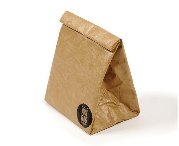 A Brown Paper Bag é uma embalagem para levar a marmita. Feita de tyvek (polietileno de alta densidade) revestido com papel kraft, não rasga, nem amassa e tem fechamento por imã, o que facilita o selamento da abertura. Mede 23 cm x 20 cm x 15 cm e é vendida por R$ 158, na Bento Store (www.bentostore.com.br) | Preços pesquisados em junho e julho de 2015 e sujeitos a alterações