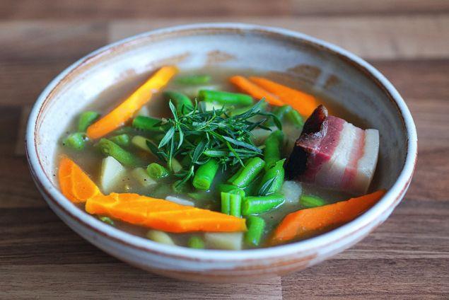 """Rezept Schnippelbohnensuppe - ganz frisch vom Land • Schnippelbohnensuppe, da passt viel rein was der Garten oder der Markt bietet. Früher mit einer """"Einbrenne"""" hergestellt war sie nicht mehr zeitgemäß. So ist sie eine gesunde Alternative. Den Bauchspeck braucht man zwingend für den typischen Geschmack. Das Fett essen muss man ja nicht. (gerne repinnen erlaubt,es wäre mir eine Ehre)."""