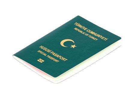 """Yeşil Pasaport   Yakın çevremizde genelde doktorlar, öğretmenler, devlet bankası çalışanları gibi kişilerde yeşil pasaport olduğunu görürürüz. Peki yeşil pasaport nedir? Resmi adıyla """"hususi pasaport"""", aşağıdaki kriterlere uyan kişilere verilen ve bordo pasaporta kıyasla çok daha fazla ülkeye vizesiz seyahat imkanı sağlayan pasaport türüdür. Dünya"""