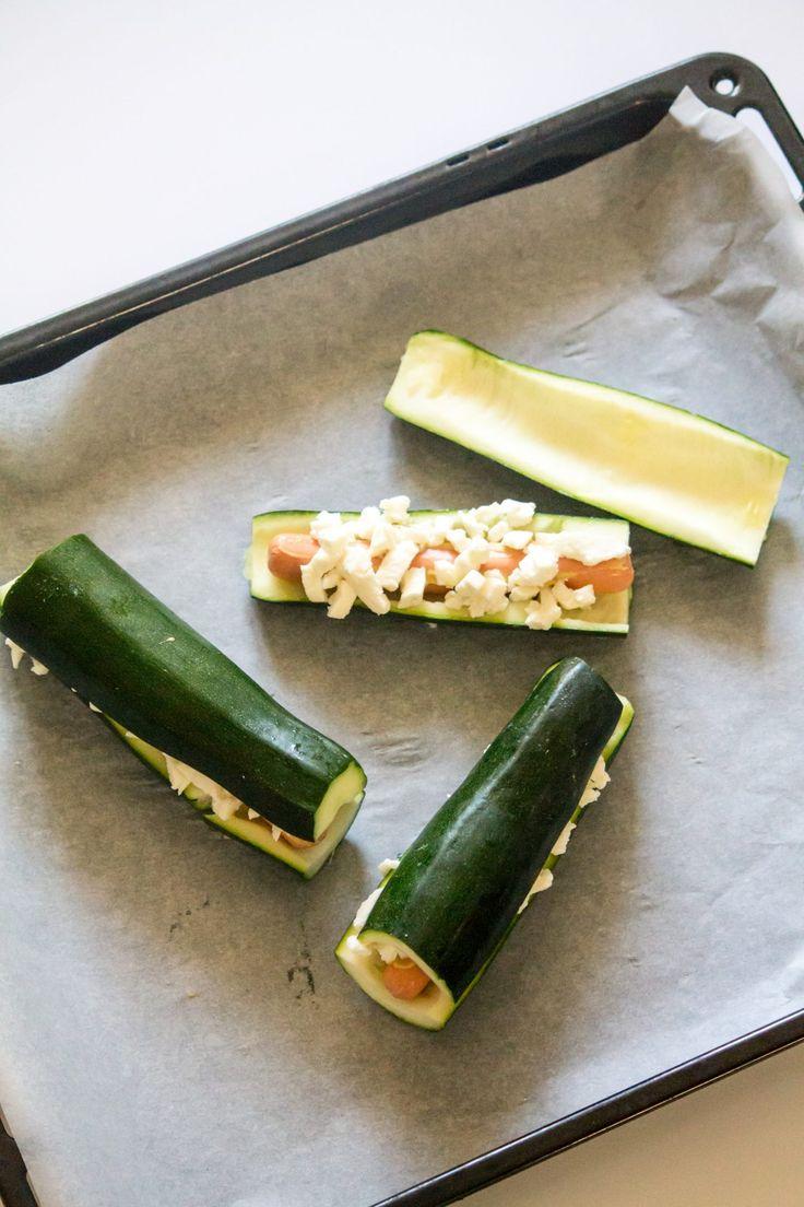 2 courgettes 2 saucisses de porc, de dinde ou de volaille (j'ai utilisé des simili-carnées vegan) 1 boule de mozzarella  ou du fromage râpé Moutarde Huile d'olive 1 – Préchauffez le four à 180 degrés.  2- Coupez les courgettes en deux dans le sens de la longueur et creuser en l'intérieur à l'aide d'une cuillère.  3- Garnissez les avec les saucisses, badigeonnez-les de moutarde, et de la mozzarella préalablement émiettée. Recouvrir de l'autre moitié de courgette restante.  4- Passer au four…