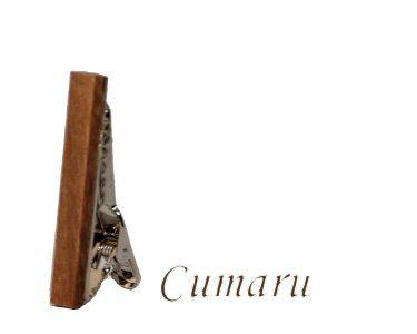 Cumaru Deze stijlvolle houten dasspeld is er zeker om indruk te maken. Elk speld is handgemaakt uit het (rest)hout van de van de fraaie houtsoorten. Laat zien dat u smaak heeft voor zowel vakmanschap als de schoonheid van de natuur. Alle spelden zijn met de hand gepolijst waardoor het warme en mooie hout goed tot zijn recht komt.