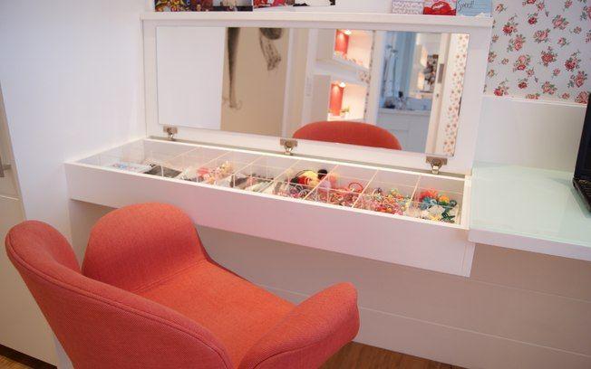 Móveis planejados ajudam a otimizar os espaços. A mesa de trabalho, por exemplo, pode esconder apetrechos de escritório ou beleza