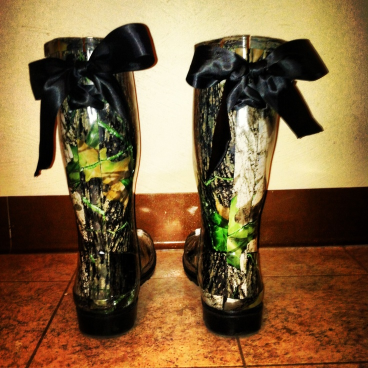 Camouflage rain boots with bows.