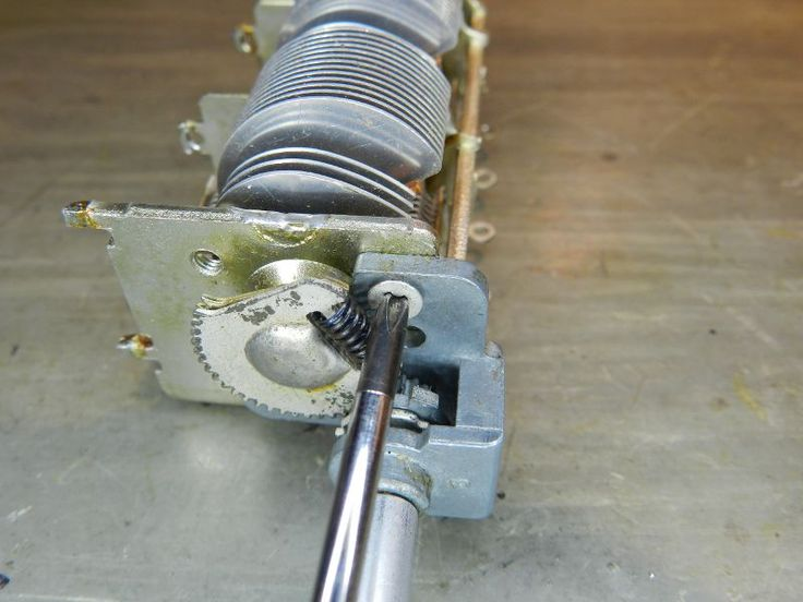 Nos receptores de rádio, antes do advento dos sintonizadores digitais, eram utilizados capacitores variáveis para sintonizar mecanicamente as emissoras (figura 1). Ainda hoje, muitos rádios o fazem…