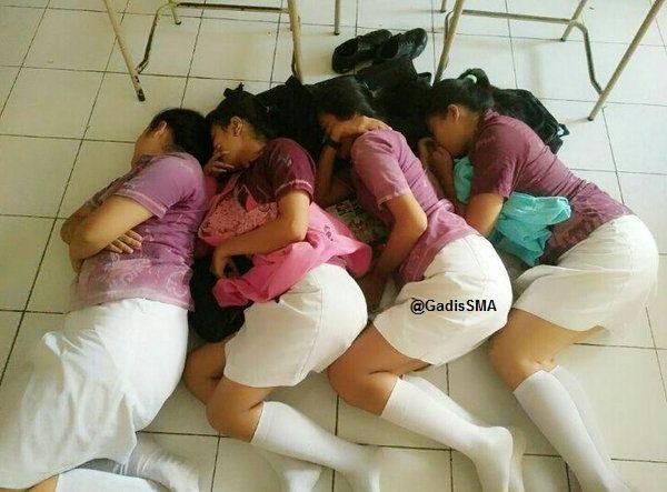 Foto 4 Siswi SMA Tidur di Lantai Ruang Kelas