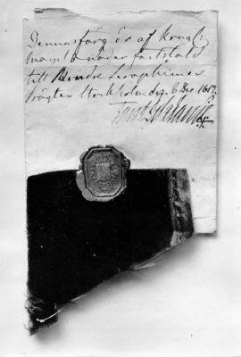 Courtesy of the Royal Armoury// Tygprov till en serafimerdräkt märkt med sigillet av riksvapnet Sverige. / A fabric sample for the Royal Order of the Seraphim marked with the seal of the royal arms of Sweden.