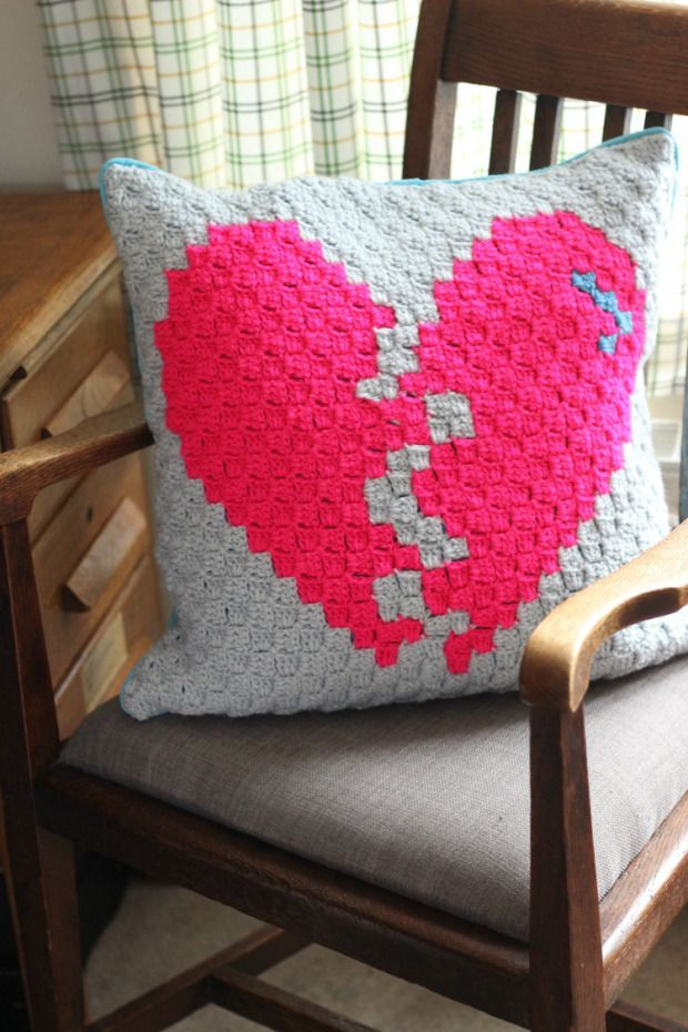 crochet-heart-cushion