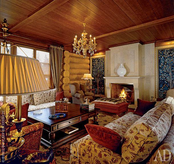 """Гостиная с камином на первом этаже. Хозяйка настояла на """"мягком"""" интерьере с обилием текстиля. Люстра, Chelini; диваны, Duresta; английский ковер на полу."""