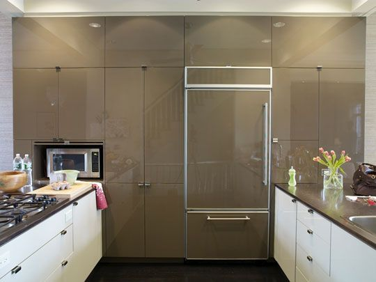love this big glossy wall of cabinets mixed with white lowers and s/s countertops