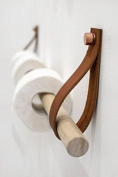 Bâton en bois sangle en cuir et clous en cuivre pour papier toilette                                                                                                                                                                                 Plus