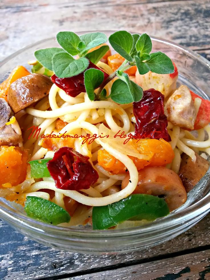 Assalamualaikum dan selamat sejahtera.    Spagheti Goreng Dengan Labu.   Bahan-bahannya:   1/2 peket spaghetti.-rebus dan toskan.  1/2 caw...