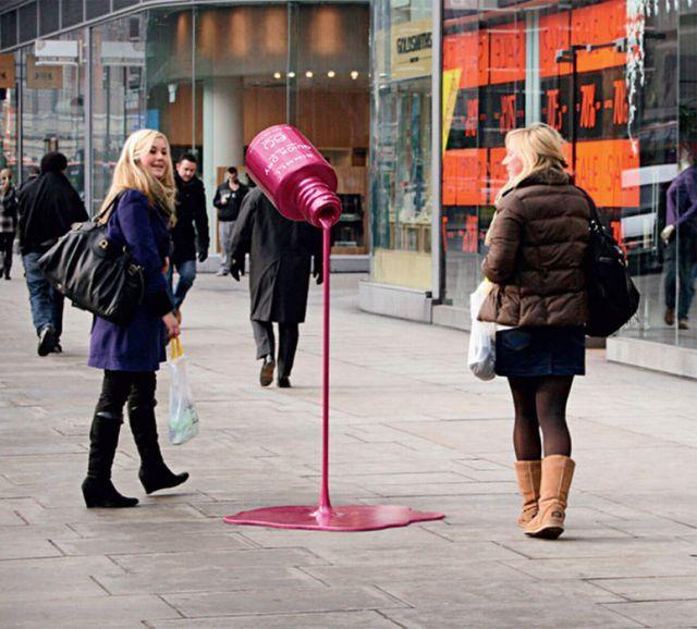 イギリスの街角に突如として出現した大きなネイルポリッシュ(マニキュア)。  製作者 JWT London