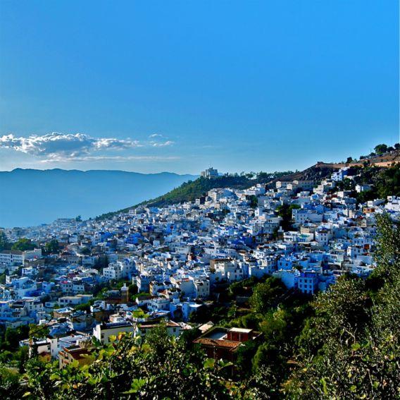 山の中に広がる海辺?海色に塗られたブルータウン、モロッコ「シャウエン」の街並み : カラパイア