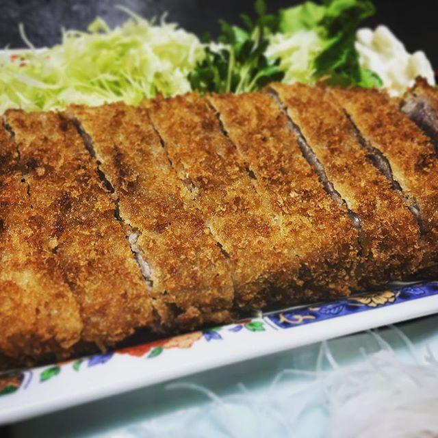 【osakanadininghiro】さんのInstagramをピンしています。 《好評により¥1000の牛カツ定食は完売しました(*゚▽゚)ノ✨✨✨ ありがとぉございます😆  でも、今度は更にg大きさパワーアップ٩(ˊᗜˋ*)و🎵🎵 ¥1300で出戻ってきました💖 ランチは税込!! 激安の為、数量限定で‼️ お早めにぃ~(*ฅ́˘ฅ̀*)♡お待ちしてまぁす  #魚 #新鮮 #お魚ダイニングhiro #沼津 #個室 #沼津海鮮 #海 #沼津魚 #fish #海鮮丼 #ランチ #刺身 #本日のおすすめ #煮魚 #居酒屋 #海鮮  #焼き魚  #定食  #ピザ #沼津市  #沼津学園通り #1品  #宴会  #地酒 #アットホーム  #逸品  #お魚ダイニング #とれたて  #釣りたて #駐車場あり》