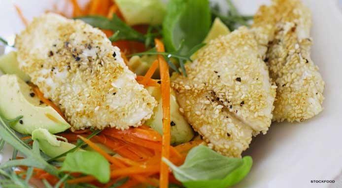 Pesce in crosta di Sesamo con insalata di Carota e Avocado