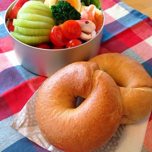 ⚫︎ホシノ天然酵母のベーグル ⚫︎サーモンとイカのマリネ ⚫︎茹でタマゴ - 55件のもぐもぐ - 今日のお弁当 by yako444YdB