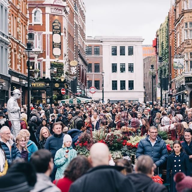 またフォトウォークからの一枚 Street Photography Social コベントガーデンはいつも人で溢れてますがクリスマス近くなるともっと人がいるような気がします ロンドン イギリス London Coventgarden Street View Instagram Scenes