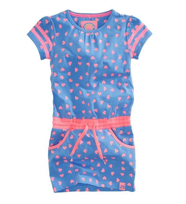 Z8 jurk Guusje met een all over hartjesprint in hot pink. Met elastische tailleband en koord in de taille.