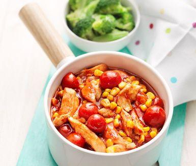 Denna rätt på kycklinggryta med majs och tomat är både lätt att tillaga och mättande god. Kycklingen bryns i olja innan körsbärstomater, vatten och mango chutney rörs ned och den härliga såsen bildas. Majsen hälls i sist. Servera med knaprig broccoli och nykokt ris.