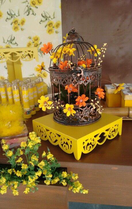 Festa amarela e marrom