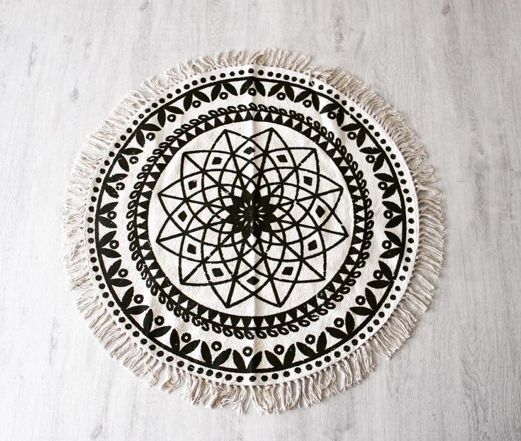 Tapis ethnique 🔆  Voilà un super beau tapis que j'ai trouvé en farfouillant dans une boutique de déco sur bouc bel air. Il est simple et rend vraiment super bien avec la couleur du parquet. J'ai eu beaucoup de mal à trouver un tapis rond qui me plaisait alors je suis super trop trop contente 😁 Alors vous en pensez quoi 🤗 ?  #deco #decoration #tapis #rond #ethnique #style #fashion #like4like #likeforlike #aix #aixmaville #aixenprovence #mode #tendance #tendance2017 #2K17 #instadaily…