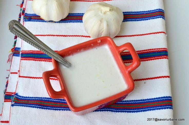 Mujdei de usturoi reteta simpla. Cum se face mujdei? Simplu! Din usturoi zdrobit cu sare, ulei si un pic de apa minerala. Mujdei cremos sau mai fluid, dupa