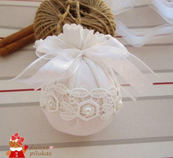 Decoración Navidad. Bolas recicladas