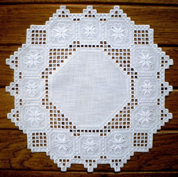 Cette pièce unique a été créé le matériel devenweave de Zweigart blanc avec coutures blanches (peut également être faite crème sur crème) et mesure 15