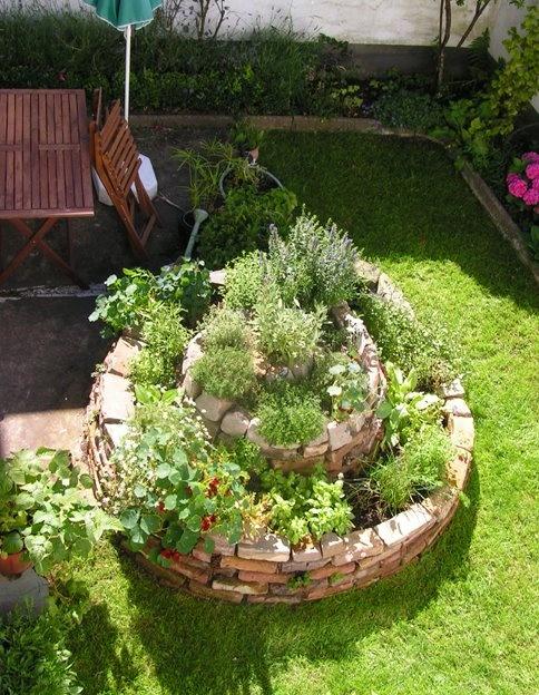 Kräuter Spirale aus alten Mauersteinen herb spiral, garden, green