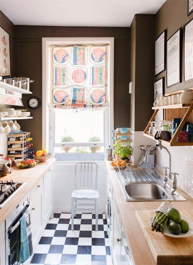 Estrecha cocina de galera Con Negro y azulejo blanco