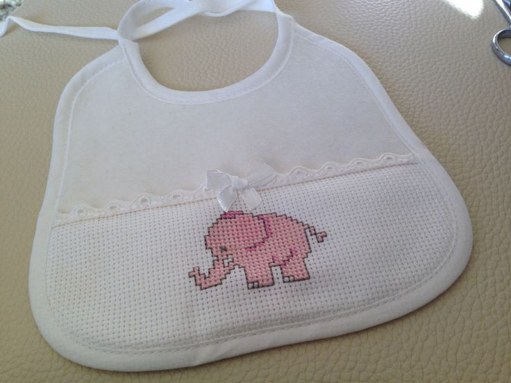 Babero bebé con pequeño elefante a punto de cruz.