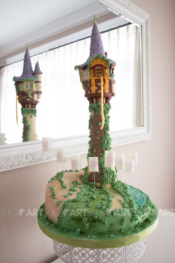 La tour de Raiponce en biscuits et gâteau. Rapunzel tower made out of cookies and cake