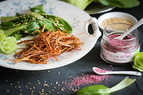 Dies ist ein sehr außergewöhnliches, etwas exotisches aber auch ganz besonders köstliches Rezept. Gebackene Enoki-Pilze sind ein ursprünglich japanisches, zumindest aber ostasiatisches Gericht. Die feinen, weißen Enoki sind Winterpilze und gehören in Asien neben Shiitake zu den am meisten angebauten Speisepilzen. Man kann sie auch hierzulande gut züchten und sie werden vorrangig zur kalten Jahreszeit …