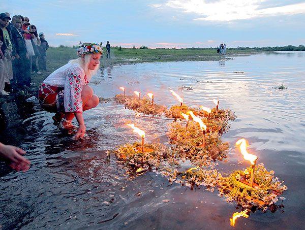 Ghirlande e candele sull'acqua. Festa di San Giovanni in Bielorussia.