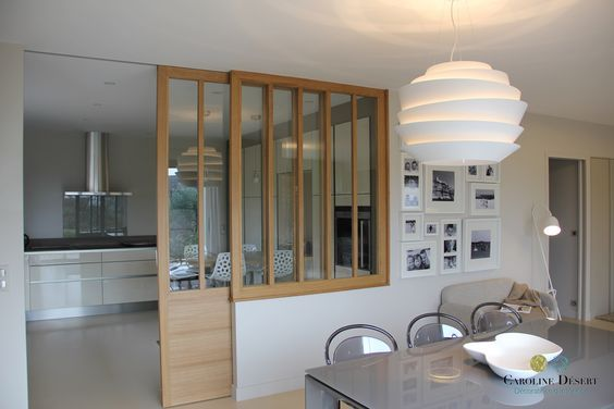 Voilà une cuisine ouverte sur la salle à manger avec une porte coulissante vitrée qui permet de conserver toute la luminosité de la pièce, judicieux et ultra déco !