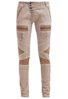 Cream Sassy Pantalon De Tela Warm Taupe Nuestra Colección Hay unos pantalones de tela de mujer para cada ocasión, sólo tienes que buscar en nuestra colección para encontrar tu outfit ideal.