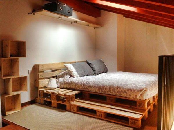 dachwohnung mit einem süßen schlafzimmer mit einem bett aus paletten