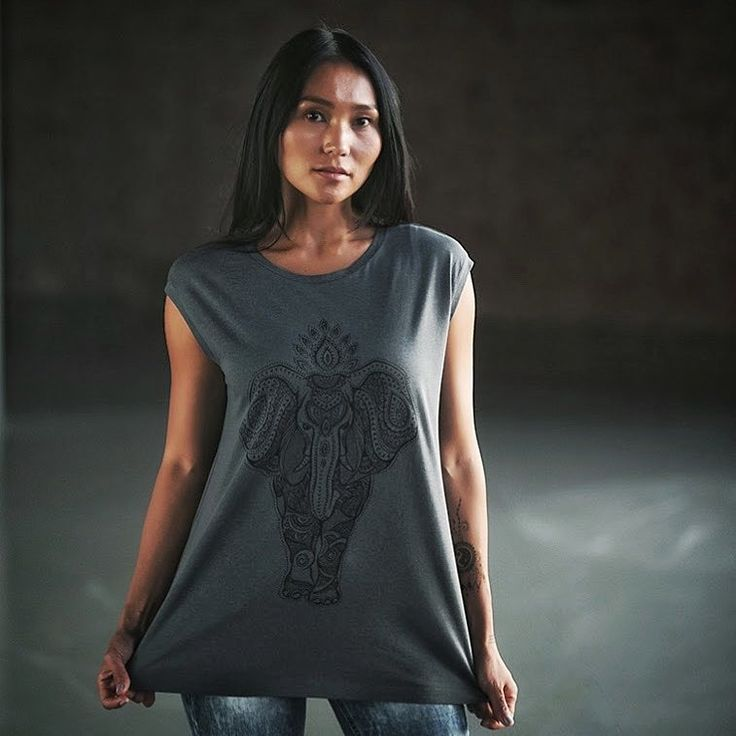 Футболка свободного кроя с короткими подкатанными рукавами. 50% органический хлопок, 50% эвкалипт. И невероятный индийский 🐘!#yoglmogl #organic #organiccotton #eucalyptus #органическийхлопок #эвкалипт #yoga #йога #fashion #мода #tshirt #футболка #limitededition #ограниченнаясерия
