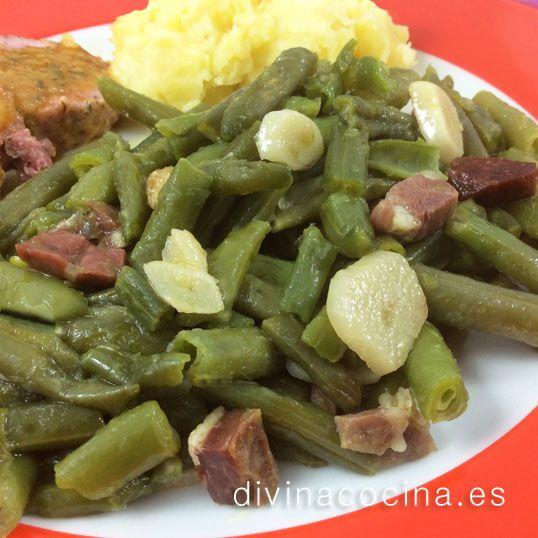 Judías verdes al ajillo con patatas y zanahorias. También se puede añadir al refrito cebolla y tomate picados.