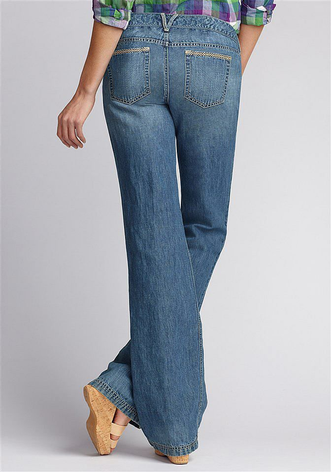 Bund unterhalb der Taille, Bequem an Hüfte und Oberschenkeln, Leicht ausgestelltes Bein,  Eine Jeans aus einem Baumwoll-Leinen-Mix, die durch ihren Schnitt und das leicht ausgestellte Bein die weibliche Figur perfekt in Szene setzt.  60% Baumwolle, 40% Leinen.  Maschinenwäsche.  Fußweite ca. 53 cm, Schrittlänge ca. 81 cm.  US-Größen....